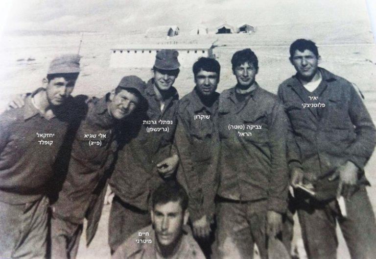 1970 אימון לוחם ערד. מאחור אוהלי האפסנאות ומבנה השירותים והמקלחות 1