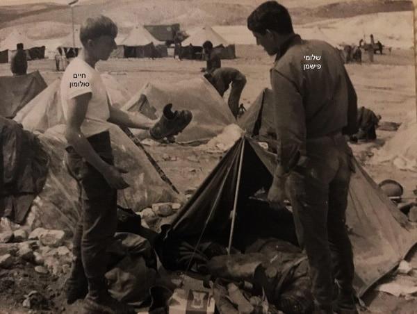 סוף 1970 בדיקת נזקים לאחר גשם במאהל אוהלי הסיירים