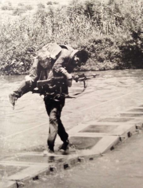 סולומון מתאמן בחציית מכשול מים