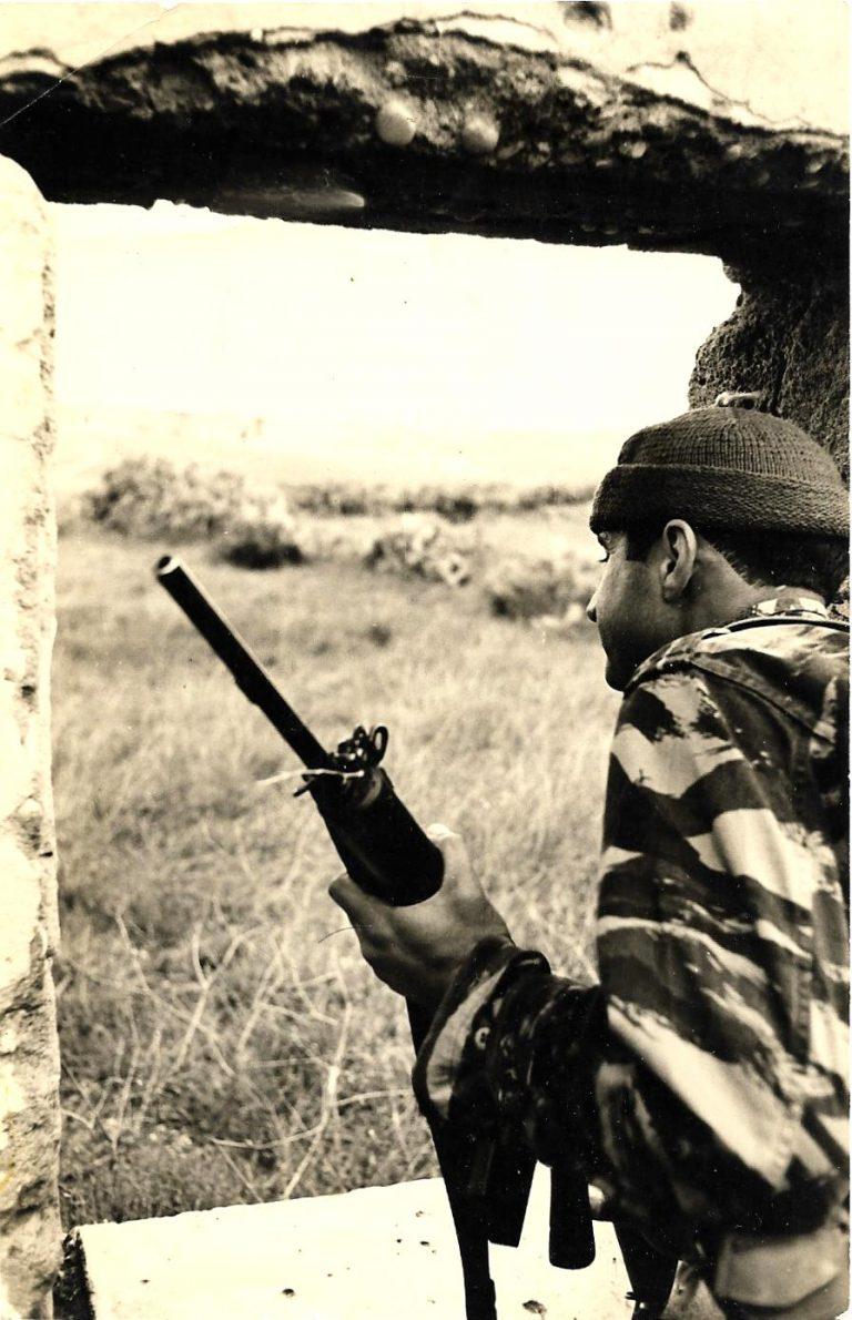וספי בבדיקת השטח סיירת שקד צילם אברהם ורד 1965