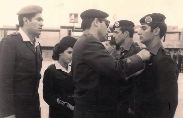 אבני אלמסי חניך מצטיין קורס קצינים קבלת סיכת מ מ מגנדי בהד 1 1972