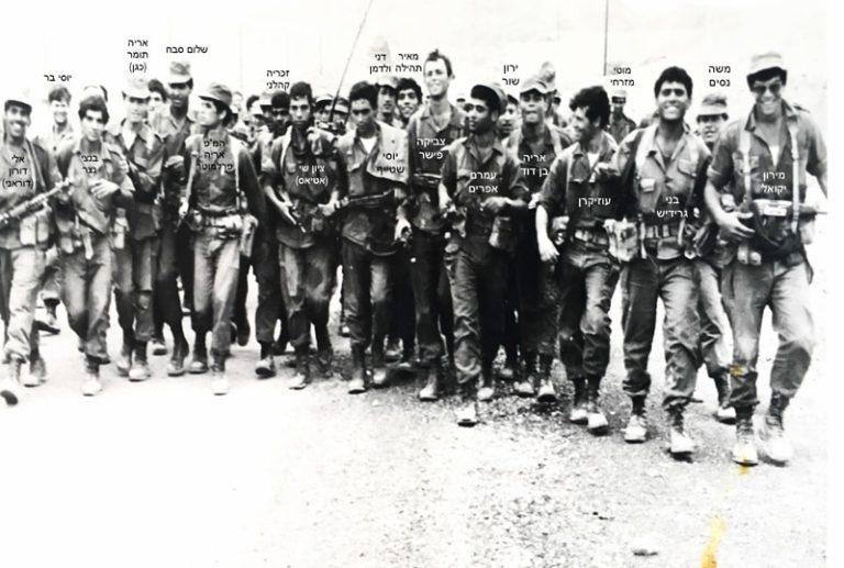 1971 סיום המסע ניצנה אילת אחרי 220 קמ עושים הכל כדי להיכנס לפריים