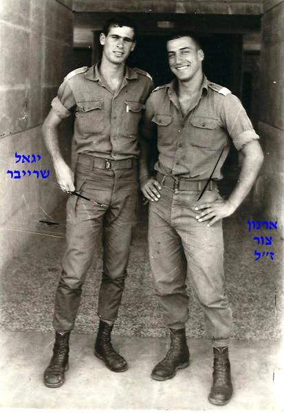 קצינים מימין ארנון צור ויגאל שרייבר