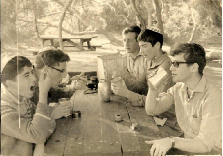 שפורן טיול בטרמפים ארוחת בקר בחניון עין גדי