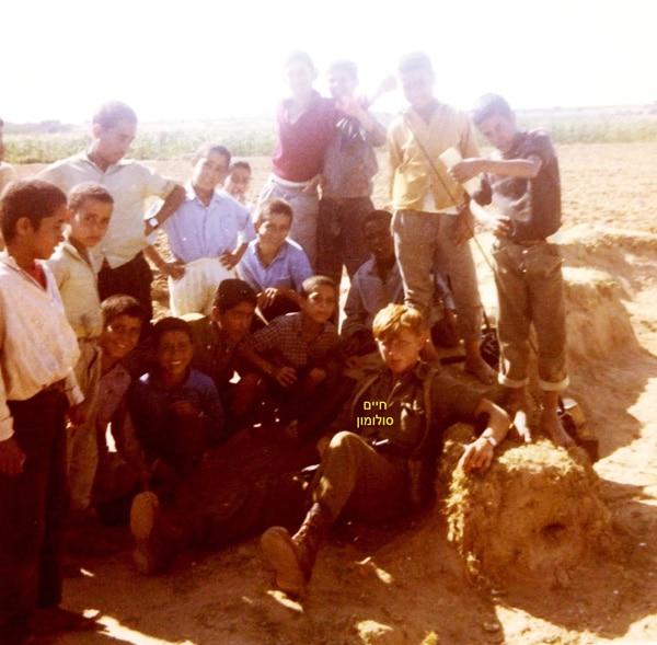 1971 מבצעית בפל  ג  ברצועת עזה עם ילדי דיר אל בלח...