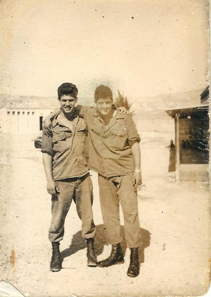 דביר פרד עם חבר במשמר הנגב