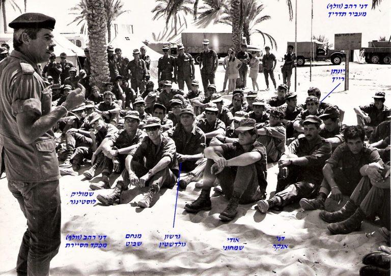 רהב וולף מפקד סיירת שקד מעביר תדריך לפני מבצע ויקטוריה